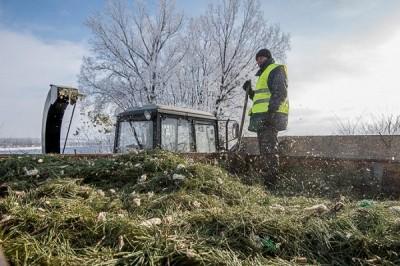 Харьковские коммунальщики проводят утилизацию новогодних елок
