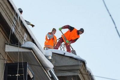Крыши домов Харькова продолжают очищать от наледи