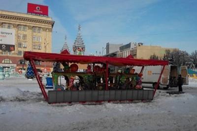 На площади Свободы начали демонтировать новогодний городок