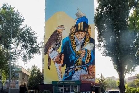 Художник из Харькова создал мурал на десятиэтажном доме в Алматы