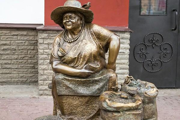 На харьковском Центральном рынке появилась скульптура продавщицы семечек