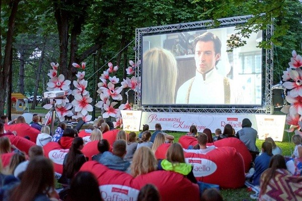 В парке Горького вновь проходят кинопоказы под открытым небом