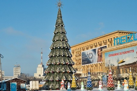 На площади Свободы начали монтировать новогоднюю елку