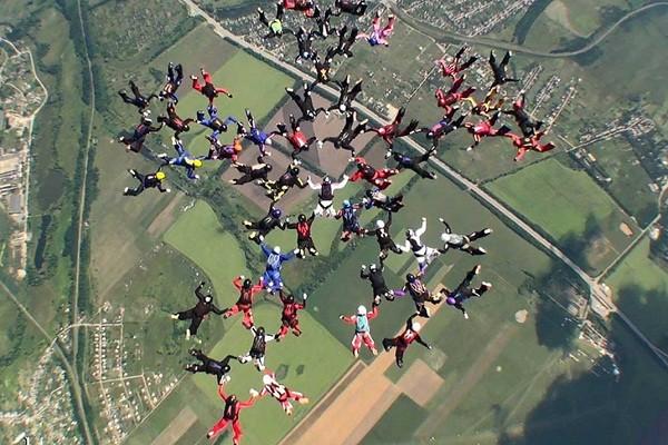 На аэродроме «Коротич» установлен мировой рекорд среди женщин-парашютисток